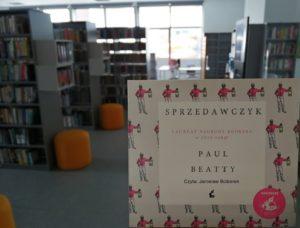Zdjęcie przedstawiające w prawym, dolnym rogu okładkę audiobooka Paul'a Beatty'ego pt.